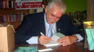 Dr. Paulo Eduardo Behrens durante a sessão de autógrafos