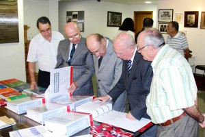 Ex-Ministro Ibrahim Abi Ackel (centro), Sylo Costa (esquerda) analisam a Coletânea de Consultas