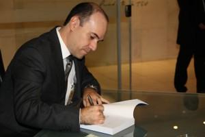 O autor Paulo Henrique Ramos Medeiros autografando sua obra