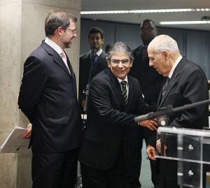 Ministros Dias Toffoli (esquerda) e Ayres Britto (centro) cumprimentam José Carlos Moreira Alves