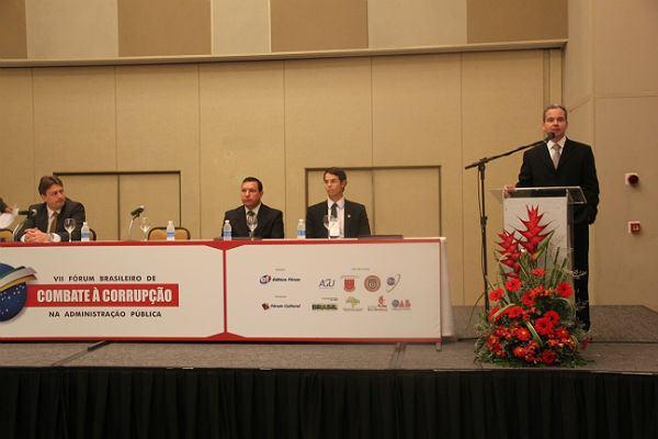 A abertura foi realizada pelo presidente e editor da Editora Fórum, Luís Cláudio Rodrigues Ferreira