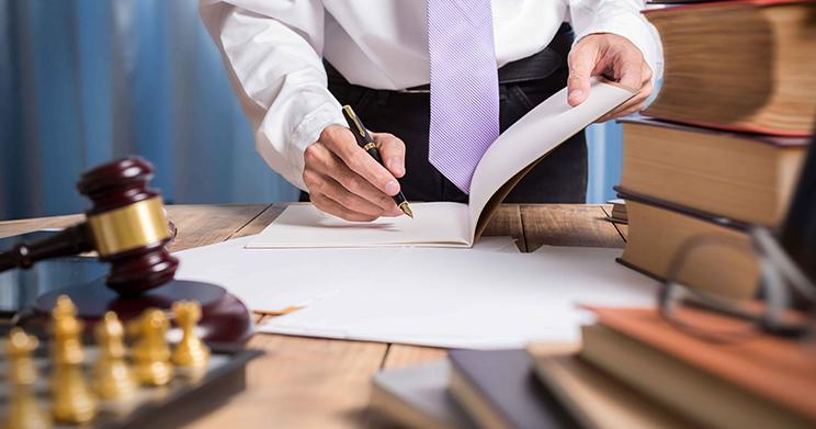 Conheça as tendências para o mercado jurídico e média salarial dos advogados em 2019